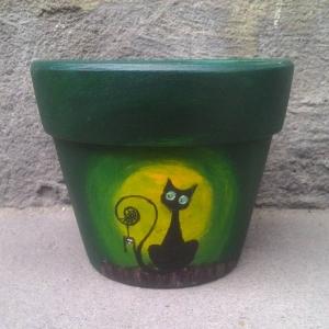 Chậu vẽ mèo con trong hang nhỏ